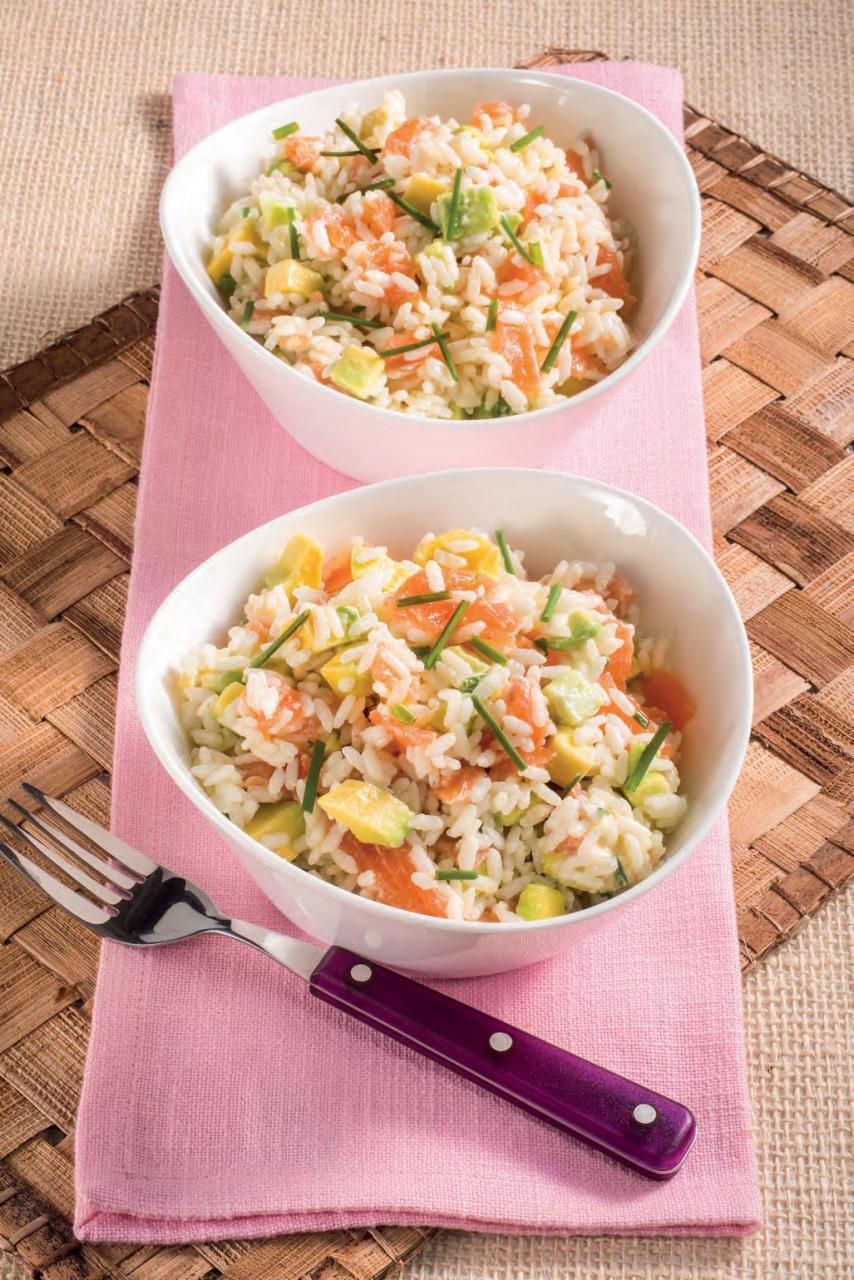 Insalata di riso con avocado e salmone affumicato