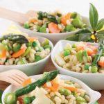 Insalata di orzo vegetariana con asparagi, fave e carotine