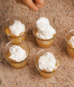 Coppe con pesche e mango: un dessert cremoso e fresco