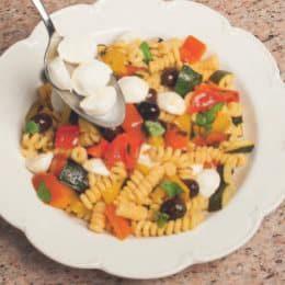 Pasta Arlecchino con peperoni, zucchine e mozzarella