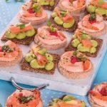 Tartine con salmone e mousse di avocado e con gamberi e salsa rosa