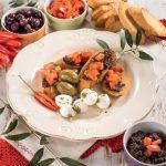 Tapenade di olive nere con pane al pomodoro e spiedini di mozzarella