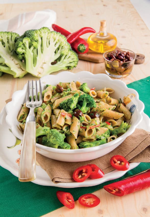 Penne integrali con acciughe e broccoli