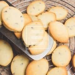 Biscotti con gocce di cioccolato, cocco e glassa fondente