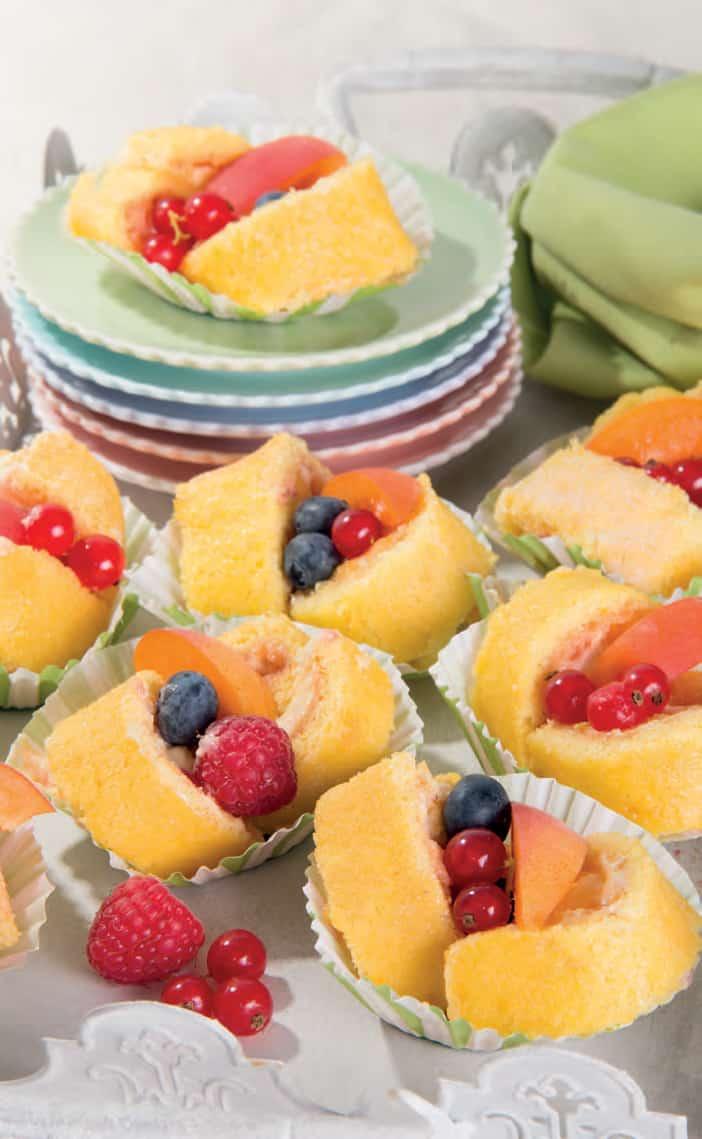Rotolini di pasta biscotto con frutta e crema Chantilly