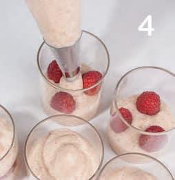 Bicchierini di crema al miele e yogurt con lamponi