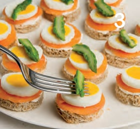 Tartine gelatinate con salmone, uova sode e asparagi