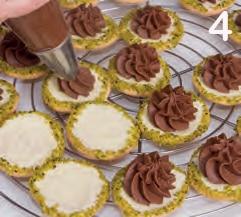 Biscotti di farina di mandorle con farcia al pistacchio e cioccolato