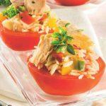 Pomodori ripieni di insalata di riso con tonno e peperoni