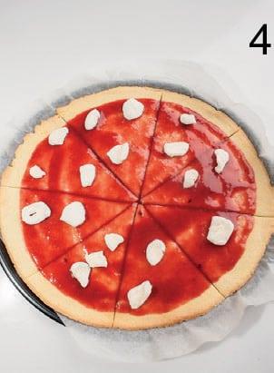 Maxi pizza dolce con coulis ai frutti di bosco e marshmallow