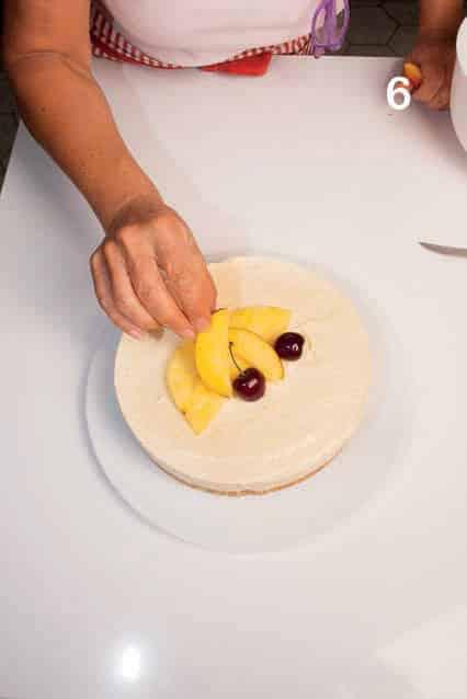 Cheesecake con crema alle pesche e frutta fresca