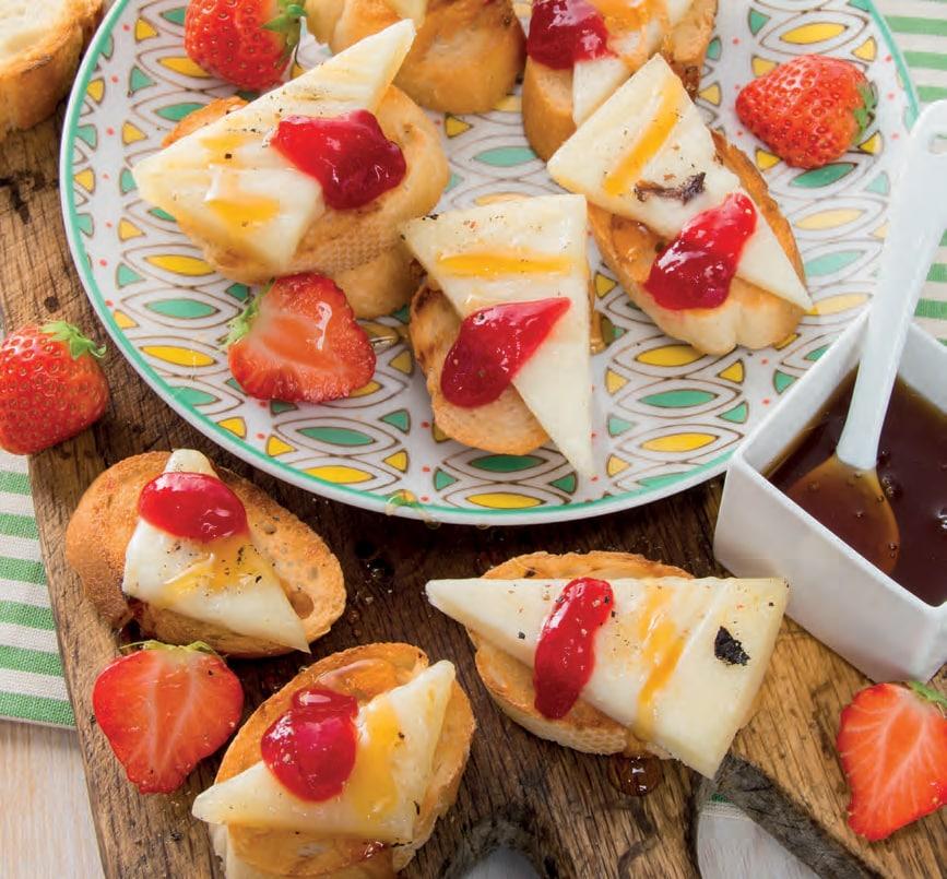 Crostini con pecorino al miele e composta di fragole