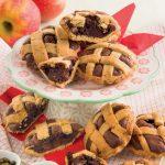 Crostatine di frolla al pistacchio con farcia al cioccolato e mele