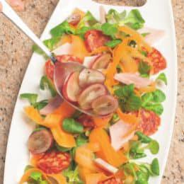 Insalata con prosciutto cotto, uva e salamino piccante