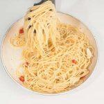 Spaghetti aglio olio e peperoncino con mix aromatico