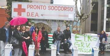 In alto a destra il direttore generale dell'AslTO3, Flavio Boraso. Sopra i manifestanti davanti all'ospedale di Pinerolo. (Foto Gandolfo)