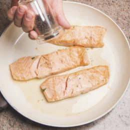 Salmone con asparagi e quenelle di formaggio