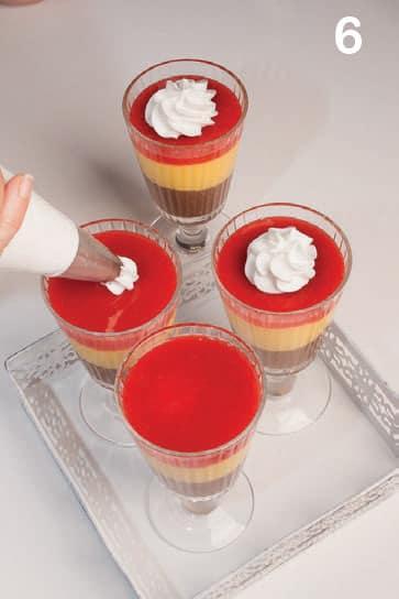 Coppe a strati con crema, cioccolato e frutti rossi