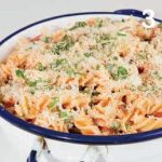 Pasta al gratin con alici, olive e pomodorini