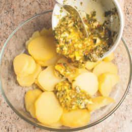 Insalata con uova sode, patate lesse e capperi