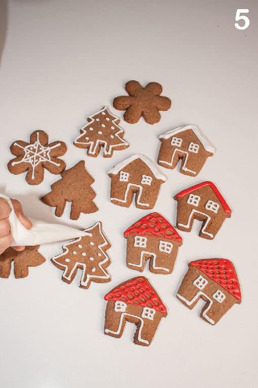 Biscotti di Natale: frollini glassati alle nocciole