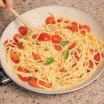 Troccoli con pomodorini, briciole di pane e acciughe