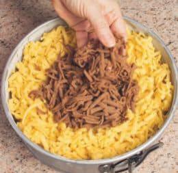 Crostata grattugiata con cacao e mandorle intere