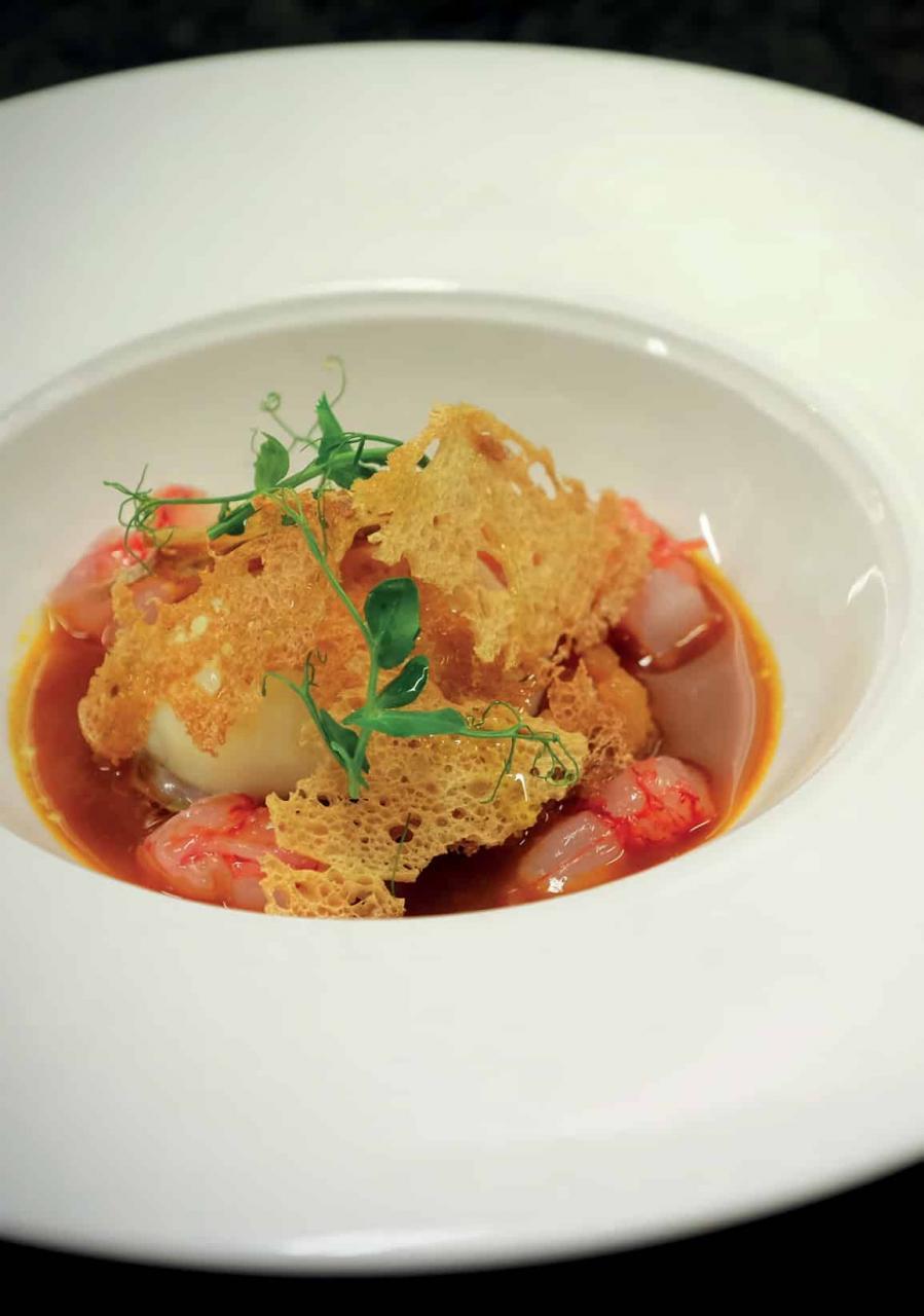 Uovo in Purgatorio con gamberi rossi e zuppa di mare