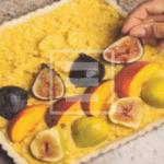 Crostata con crema al Cointreau e mandorle ricoperta di fichi e pesche