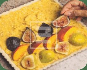 Crostata con fichi, frutta e mandorle