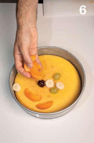Torta delicata al mais ricoperta di frutta