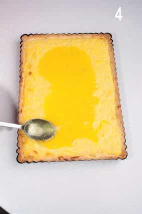 Crostata con crema, riso e sciroppo al caramello