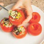 Pomodori ripieni di insalata di orzo e peperoni