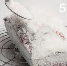 Plum cake natalizio ricoperto di cocco: la ricetta illustrata