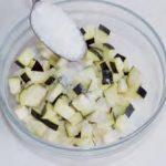 Mezze maniche con melanzane, pomodorini e olive nere