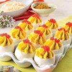 Uova sode farcite con maionese e curry e uova di lompo