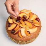 Torta reale con crema al limone e frutta fresca