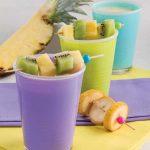 Smoothie all'ananas e yogurt con spiedini di frutta