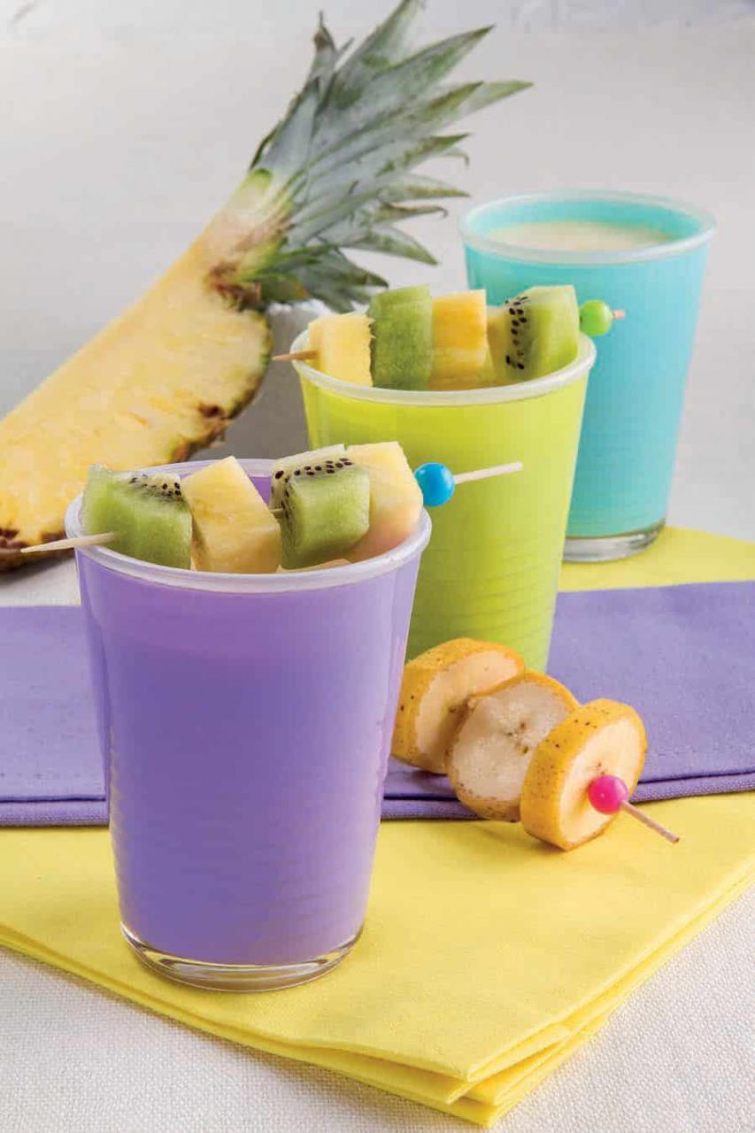 Smoothie di ananas e yogurt con spiedini di frutta