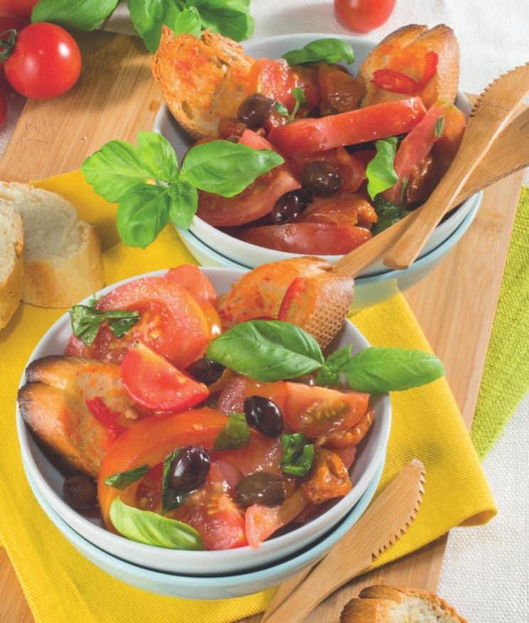 Insalata con fantasia di pomodori, olive e pane croccante