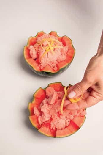 Granita di cocomero servita nella coppa di anguria