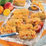 Crostata con le briciole con prugne, pesche e albicocche