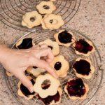 Biscotti Fiori di frolla con frutti di bosco e confettura di more