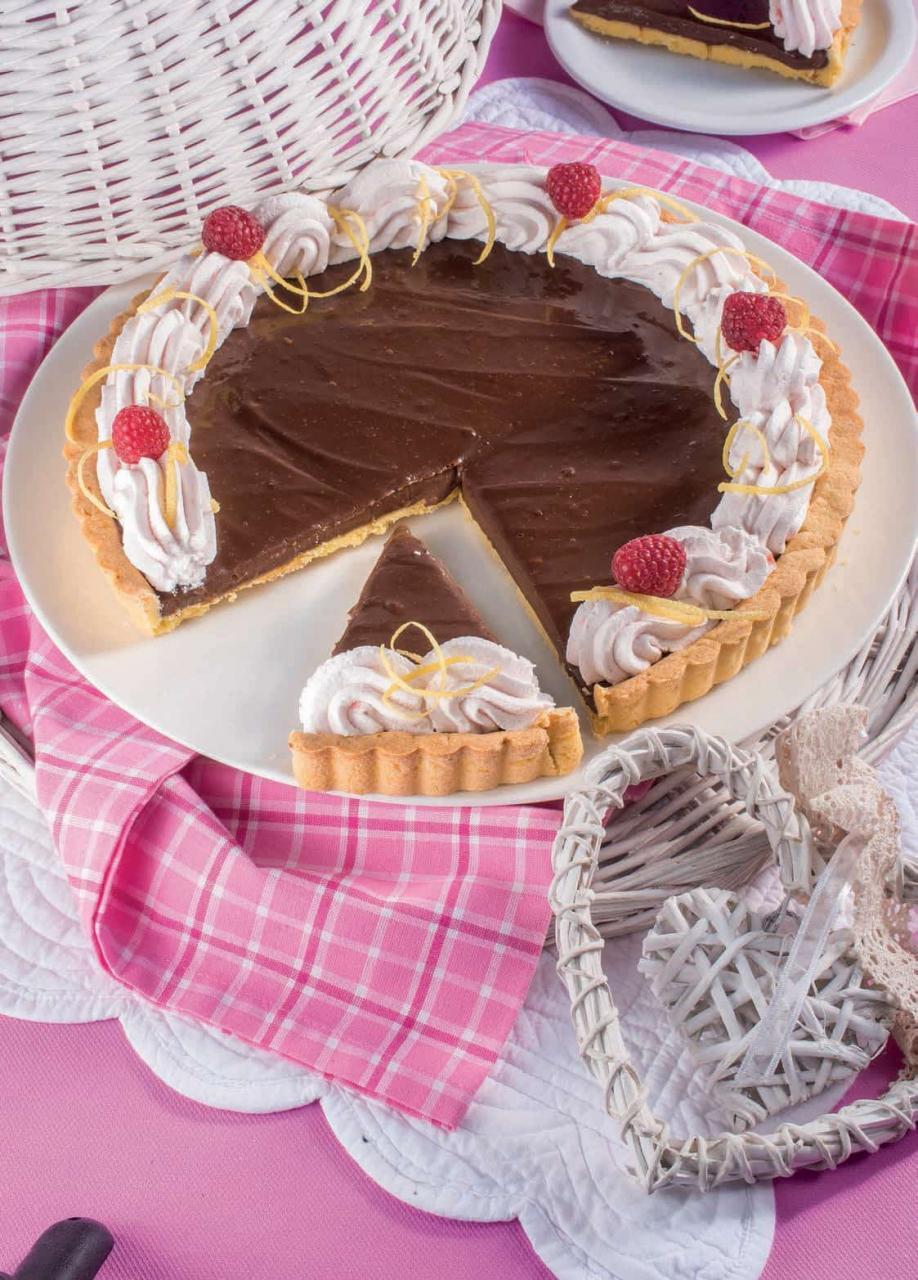 Crostata al cioccolato con panna e confettura di fragole