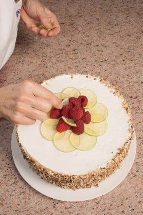 Torta con farcia della cassatina, mirtilli e nocciole