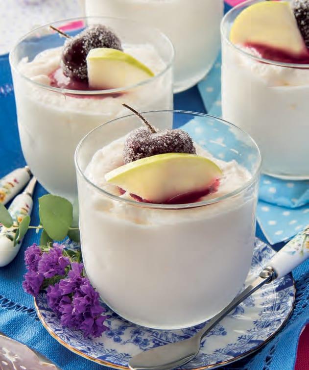 Bicchieri al mascarpone con cuore dolce di ciliegia