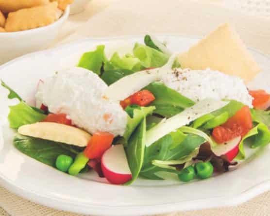 Insalata con ricotta, fave, piselli e spinacino