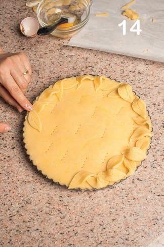 Crostata con crema al limone e foglie di pasta frolla