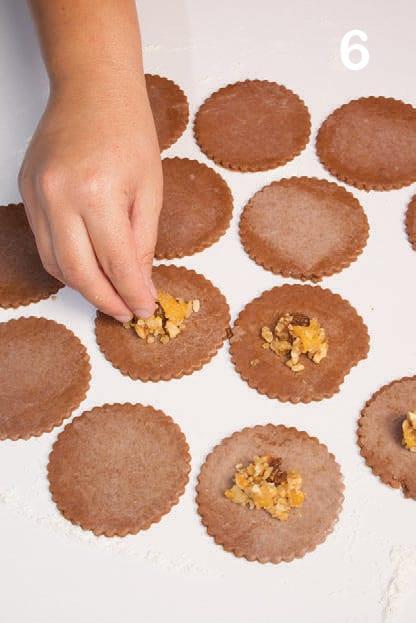 Biscotti con noci, uvetta e marmellata di albicocche