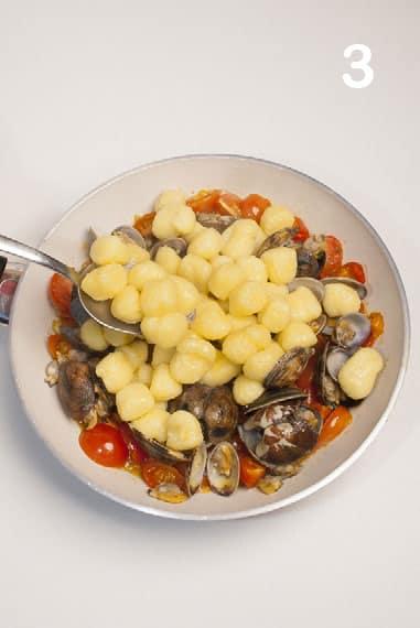 Gnocchi di patate con vongole e pomodorini